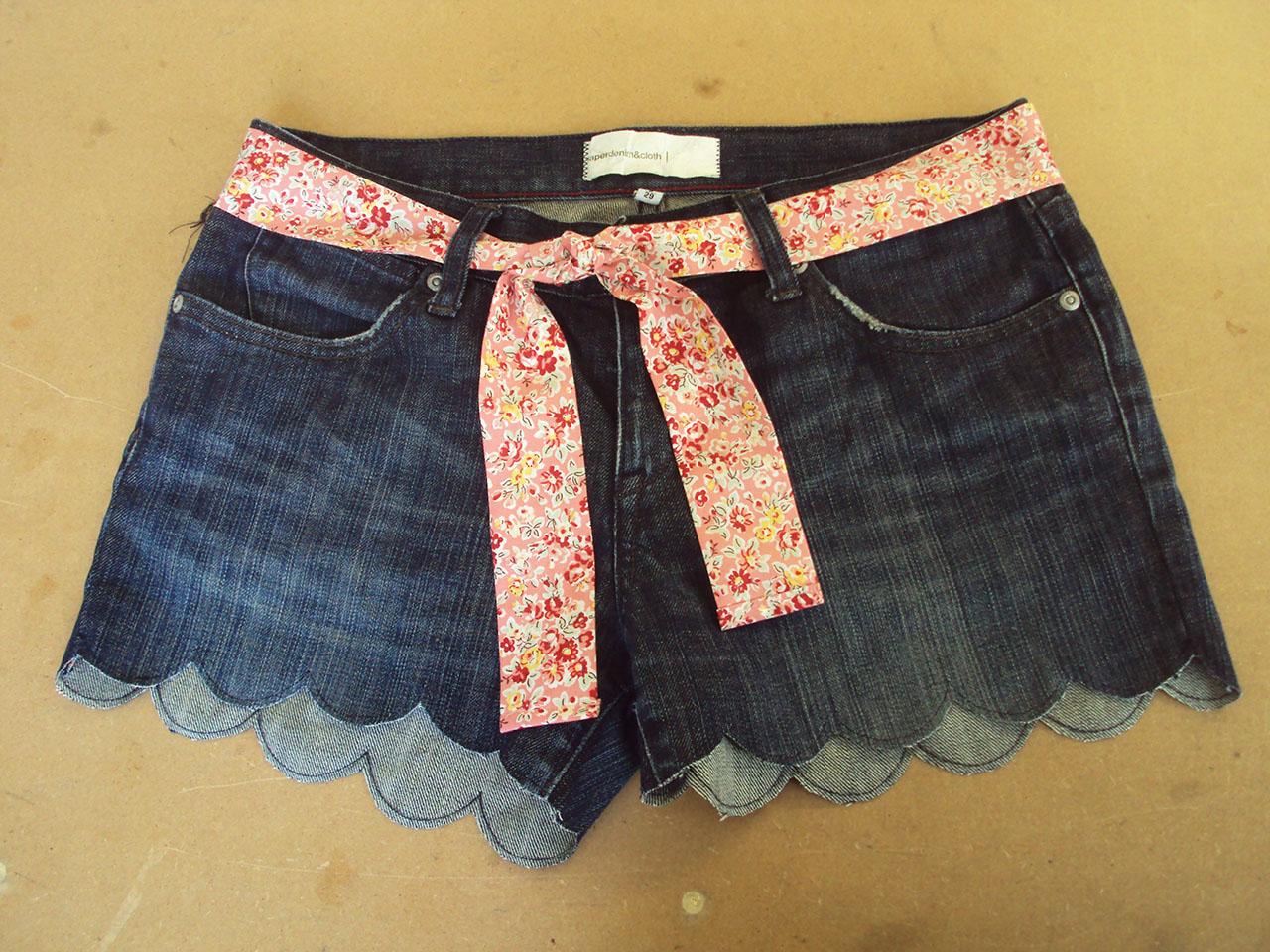 Scalloped Hem Jean Shorts