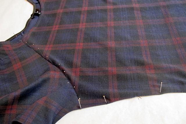 speld nauwkeurig in de naden van het kledingstuk